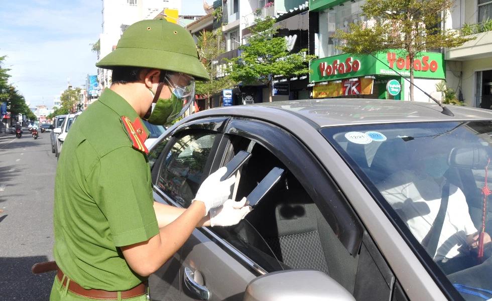 Giấy đi đường bằng mã QR trên smartphone tại Đà Nẵng: 10 phút khai thông tin, 24h sau nhận mã, 30s kiểm tra qua chốt - Ảnh 1.