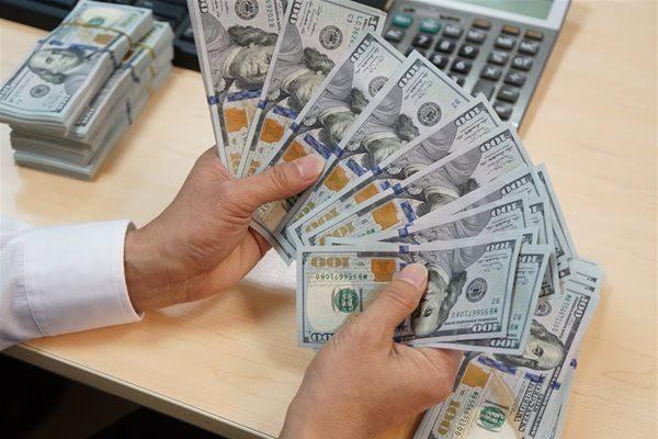 Ngân hàng ngoại 'lách luật' để thu hút tiền gửi ngoại tệ - Ảnh 1.