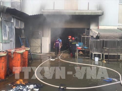 Bình Dương: Cháy lớn tại công ty sản xuất giày, dép - Ảnh 1.