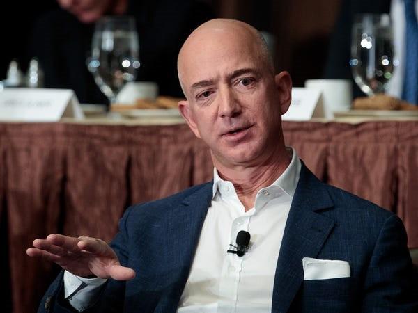 Ông trùm hàng xa xỉ kiếm và tiêu khối tài sản gần 100 tỉ USD ra sao - Ảnh 4.