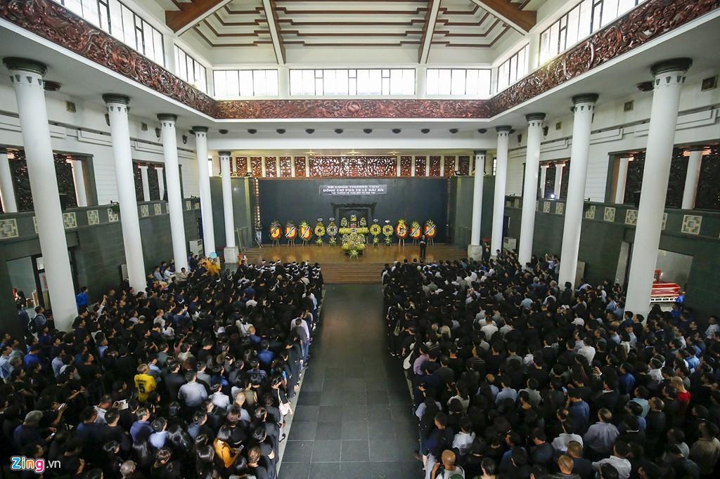 Hàng nghìn người tiễn đưa Thứ trưởng GD&ĐT Lê Hải An - Ảnh 16.