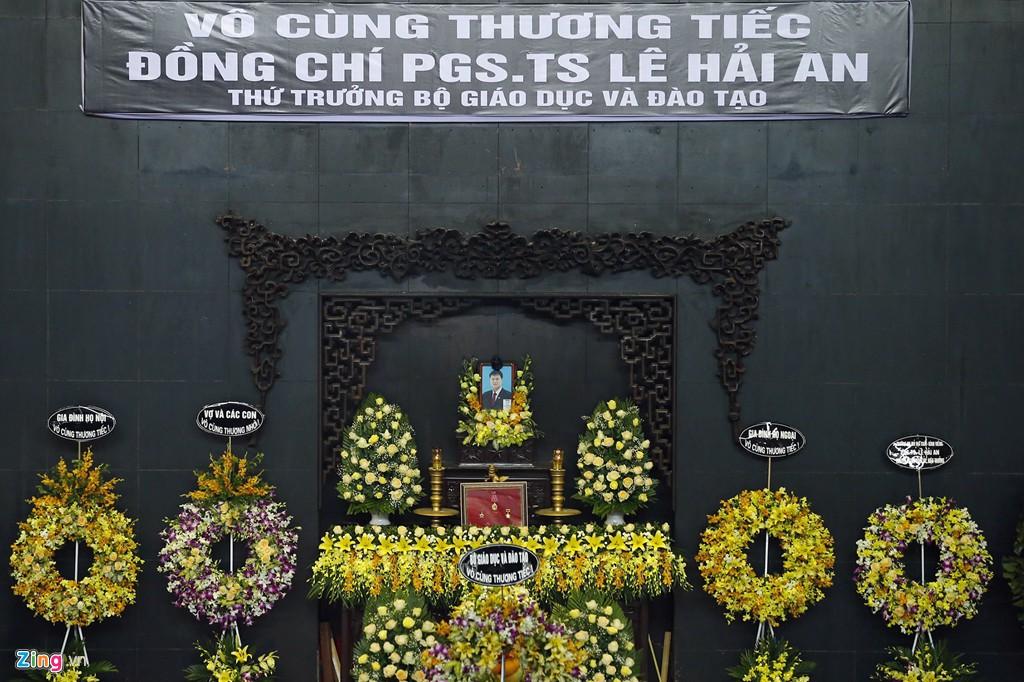 Hàng nghìn người tiễn đưa Thứ trưởng GD&ĐT Lê Hải An - Ảnh 4.