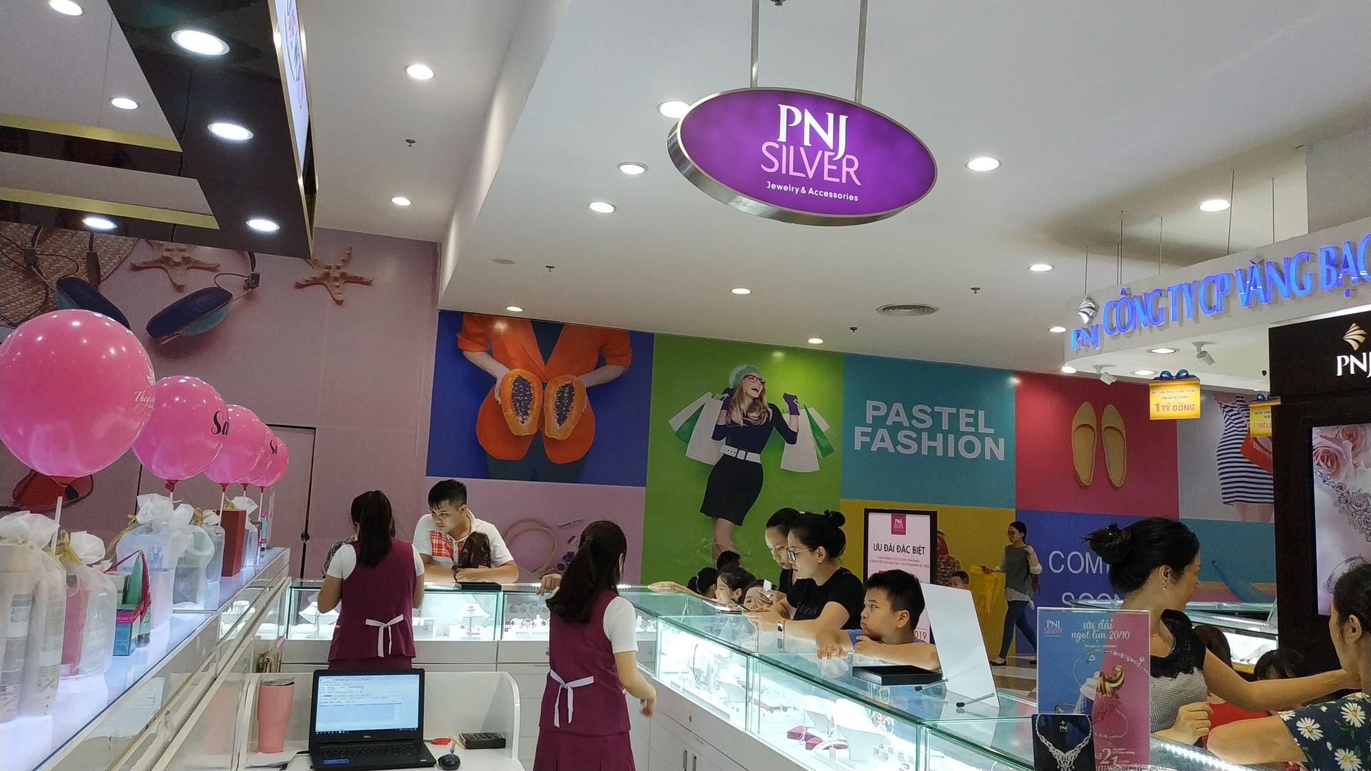PNJ thua lỗ trong tháng 4, doanh thu giảm gần một nửa - Ảnh 1.