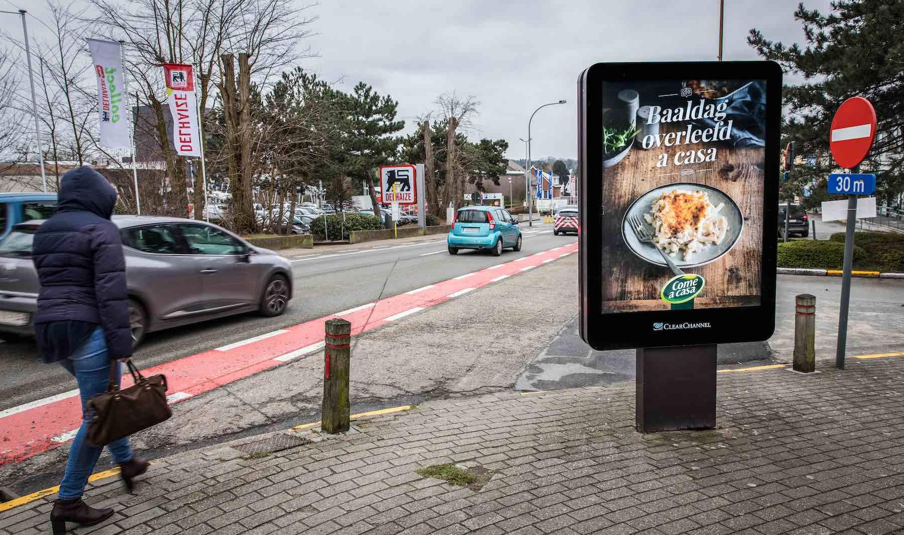 street-furniture-advertising