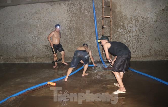 Nghi váng dầu đặc sánh trong bể nước chung cư Golden Land sau sự cố nước Sông Đà - Ảnh 13.