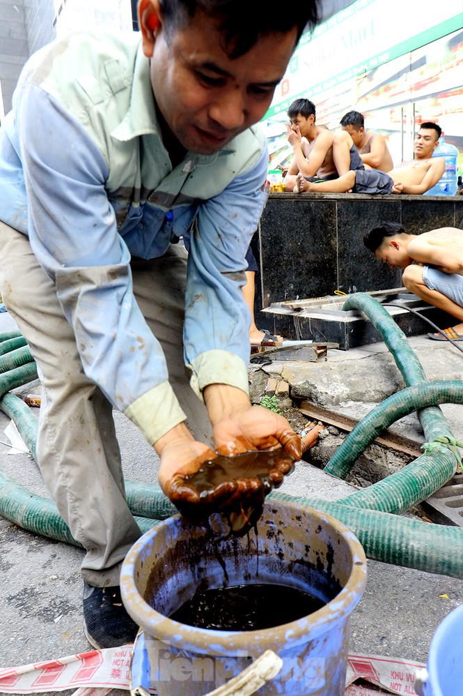 Nghi váng dầu đặc sánh trong bể nước chung cư Golden Land sau sự cố nước Sông Đà - Ảnh 14.