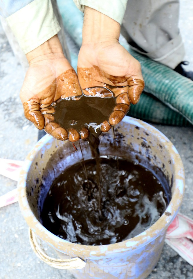 Nghi váng dầu đặc sánh trong bể nước chung cư Golden Land sau sự cố nước Sông Đà - Ảnh 15.