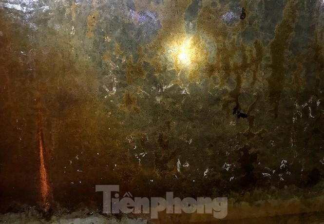 Nghi váng dầu đặc sánh trong bể nước chung cư Golden Land sau sự cố nước Sông Đà - Ảnh 5.
