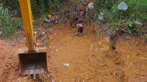 Một tuần đào đất, vét suối xử lí ô nhiễm dầu - Ảnh 2.