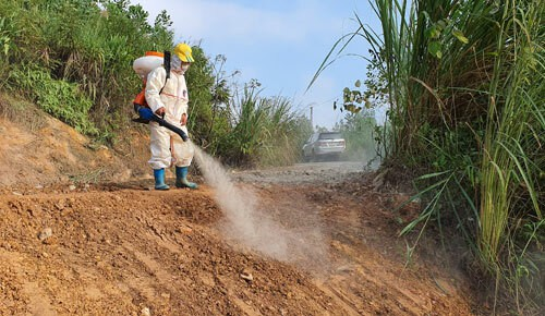 Một tuần đào đất, vét suối xử lí ô nhiễm dầu - Ảnh 3.