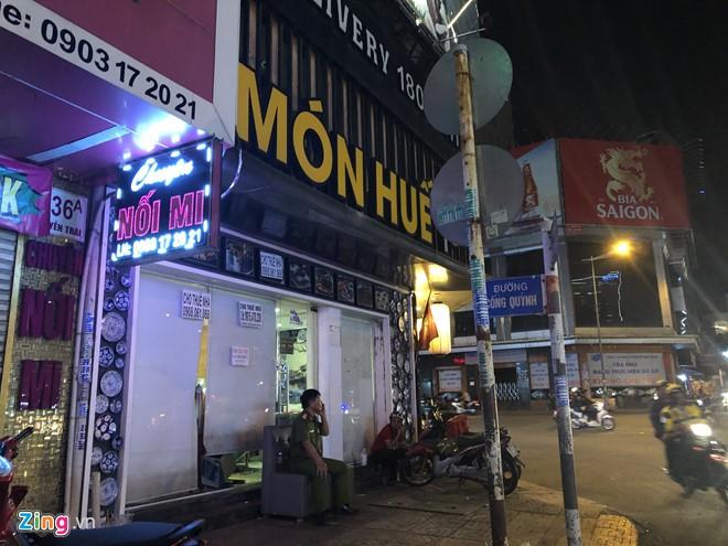 Nhà hàng Món Huế ở TP HCM bị người đến chuyển tài sản - Ảnh 1.