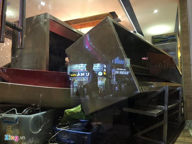 Nhà hàng Món Huế ở TP HCM bị người đến chuyển tài sản - Ảnh 2.