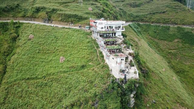 Chủ công trình 7 tầng đồ sộ mọc trên đèo Mã Pí Lèng: 'Tôi chỉ làm cho nó tốt lên' - Ảnh 1.