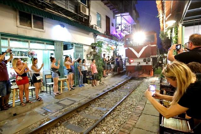 Giải tán điểm kinh doanh cà phê 'xóm đường tàu', nơi vạn người nô nức 'check-in' - Ảnh 2.