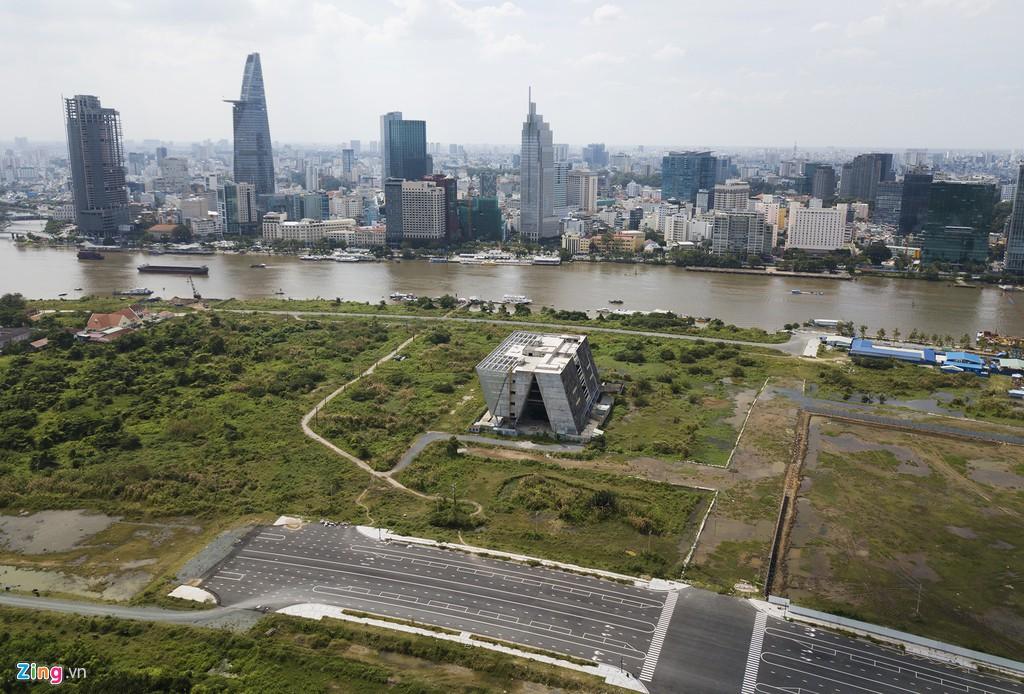 Trung tâm triển lãm 800 tỉ đồng nằm trơ trọi giữa Thủ Thiêm - Ảnh 1.