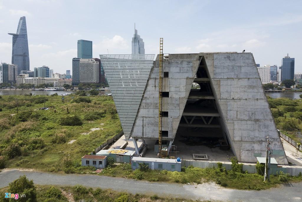 Trung tâm triển lãm 800 tỉ đồng nằm trơ trọi giữa Thủ Thiêm - Ảnh 2.