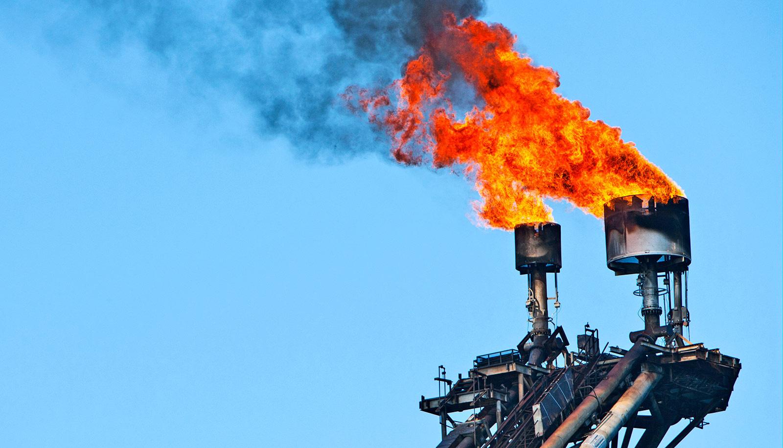 flaring against blue sky1600 15734396158641016757587 - Giá gas hôm nay 11/11: Tiếp đà giảm mạnh hơn 3,5% từ tuần trước do nguồn cung khí gas tăng