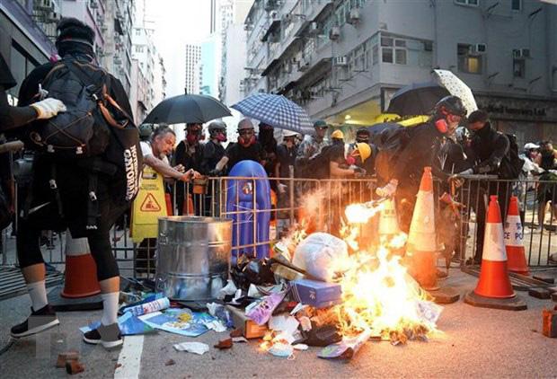 Lãnh đạo Hong Kong kêu gọi người biểu tình chấm dứt hành động bạo lực - Ảnh 1.