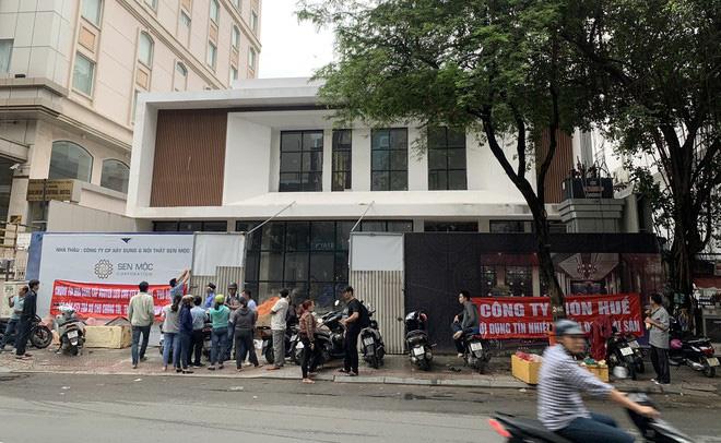Nhà cung cấp căng băng rôn trước nhà hàng mới của ông chủ Món Huế - Ảnh 1.