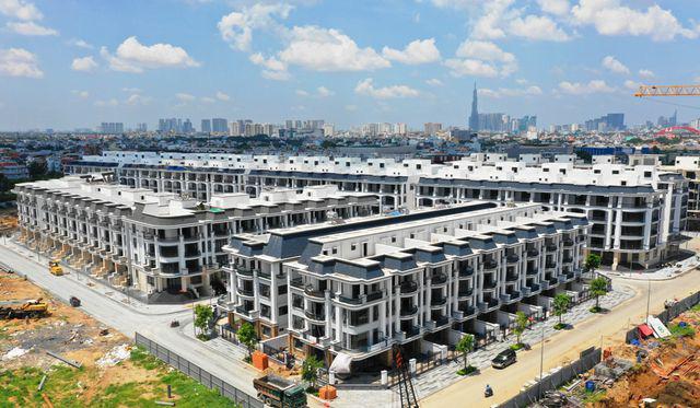 Nhà phố, biệt thự thương mại khan hiếm, giá tăng lên 'nóc' - Ảnh 1.