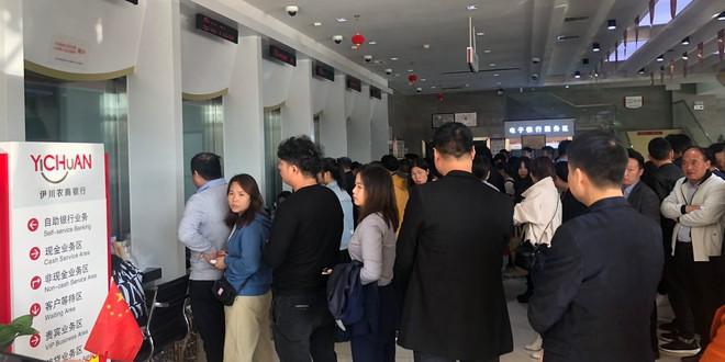 Người dân đổ xô rút tiền vì tin ngân hàng sắp phá sản ở Trung Quốc - Ảnh 1.