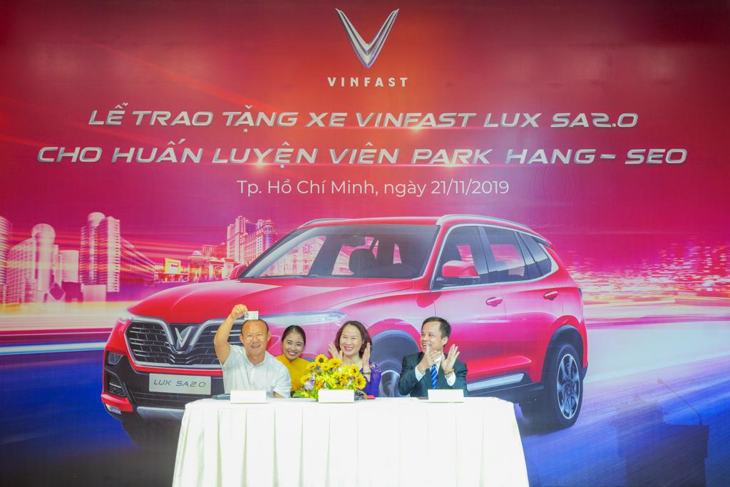 VinFast tặng xe Lux SA2.0 cao cấp cho người thầy bóng đá Park Hang-seo - Ảnh 2.