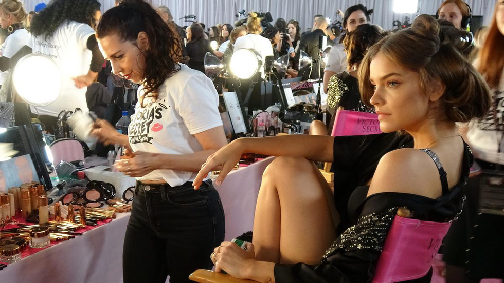 Tại sao Victorias Secret hủy show nội y đình đám khiến bao người sốc? - Ảnh 1.