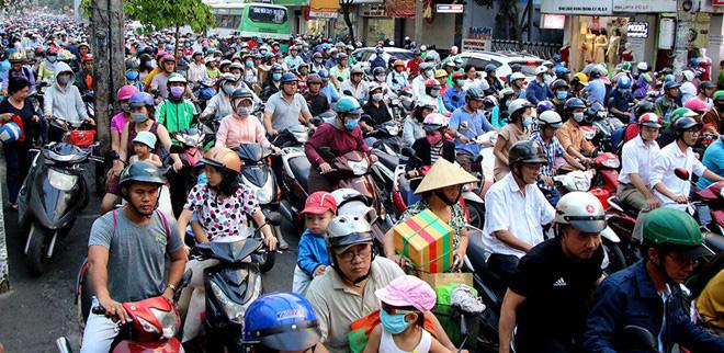 Sao phải tính 'triệt đường' dân nhập cư vào TP HCM, Hà Nội? - Ảnh 2.