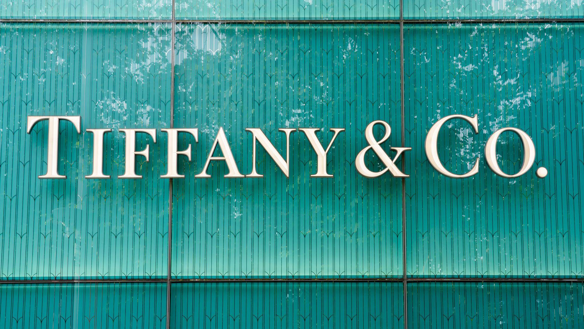 lvmhdungÔng Bernard Arnault sẽ đầu tư lớn để định vụ lại thương hiệu, cải thiện sự hiện diện ở Mỹ và tấn công thị trường Châu Á và Châu Âu cùng Tiffany, một nguồn tin thân cận nói. (Ảnh: Axios)