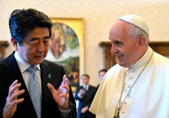 Thủ tướng Nhật Bản đề nghị Giáo hoàng hợp tác trong vấn đề Triều Tiên - Ảnh 1.