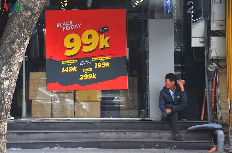 Hà Nội vắng cảnh đổ xô, chen chân mua sắm dịp Black Friday - Ảnh 2.