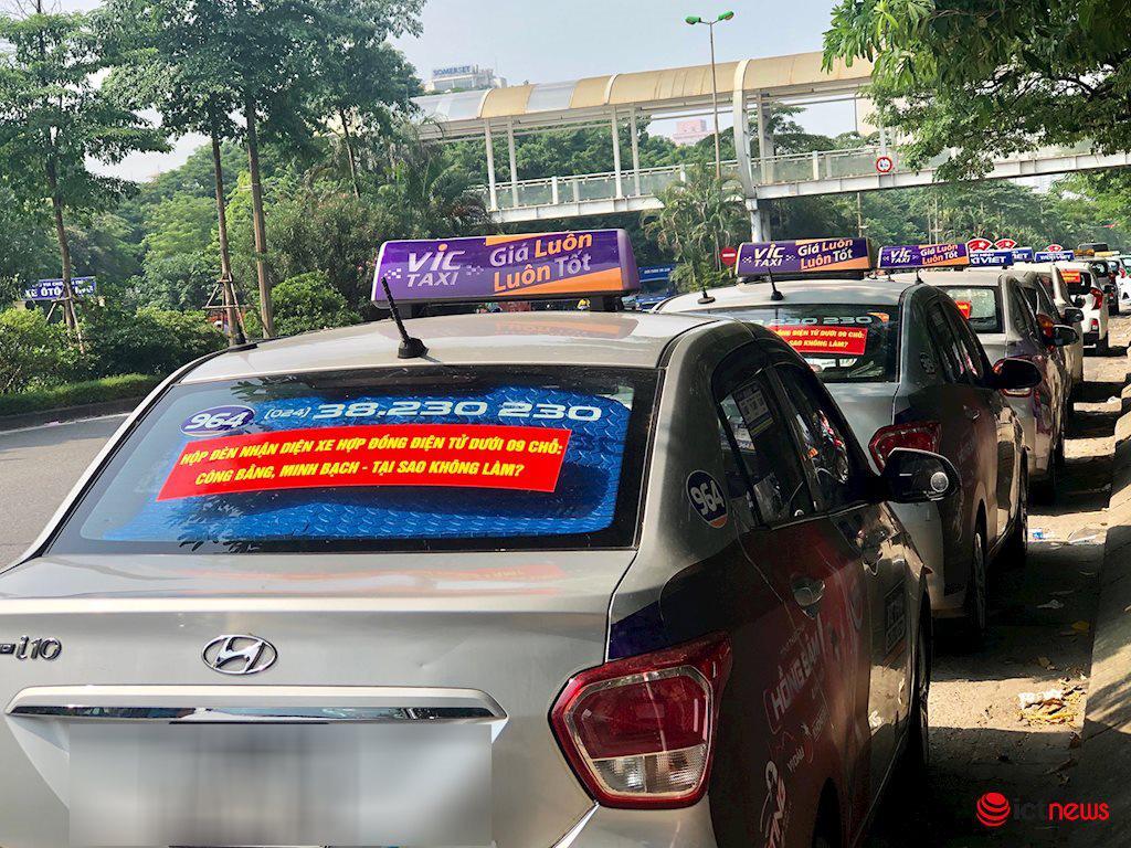 Xe taxi có thể bỏ mào để dán phù hiệu như xe công nghệ - Ảnh 1.