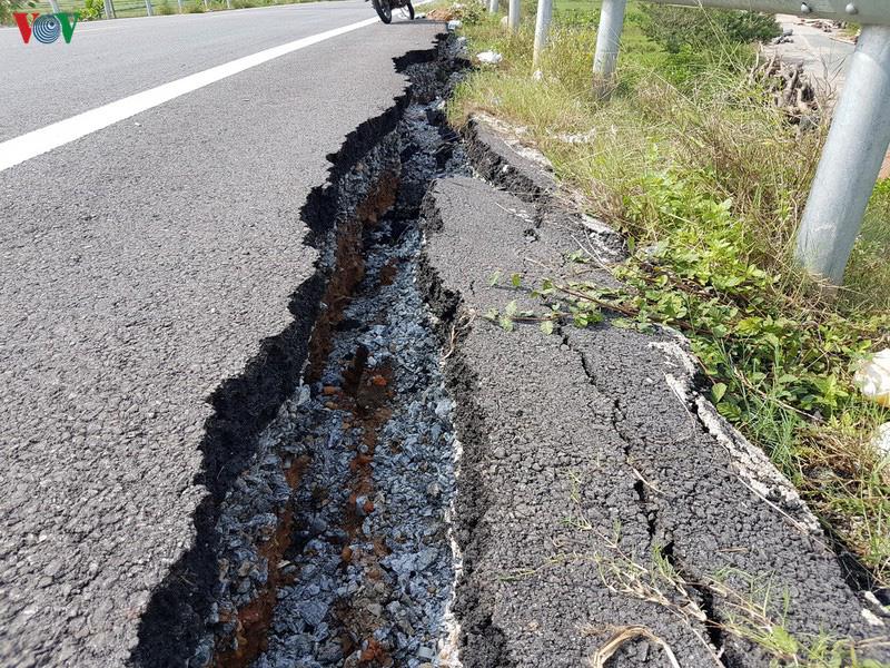 Cao tốc Đà Nẵng - Quảng Ngãi: Hết hư hỏng mặt đường đến sụt lún đường dẫn - Ảnh 1.