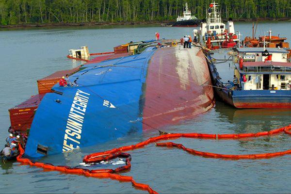 Chìm tàu ở Cần Giờ, nguy cơ đội giá hàng Tết - Ảnh 1.