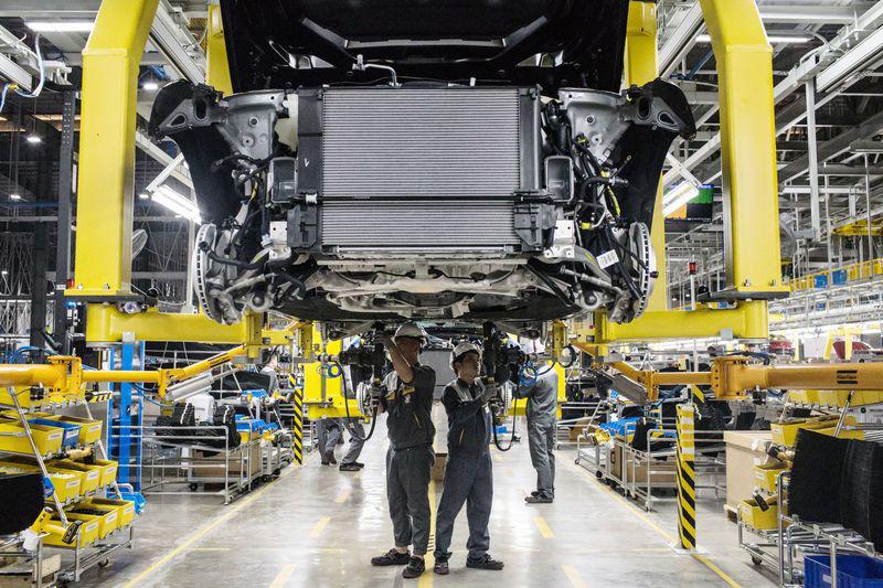 Công nhân tại nhà máy sản xuất ô tô VinFast - Hải Phòng