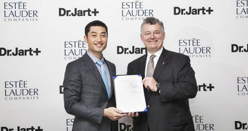 Ngành mĩ phẩm Hàn Quốc đưa cựu kiến trúc sư thành tỉ phú USD - Ảnh 2.
