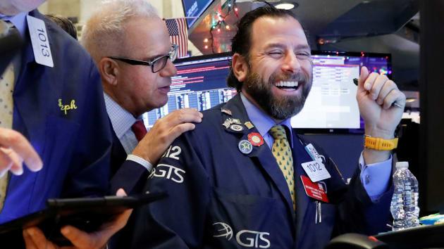 Dow Jones nhảy vọt hơn 550 điểm khi số ca nhiễm mới hạ nhiệt - Ảnh 1.