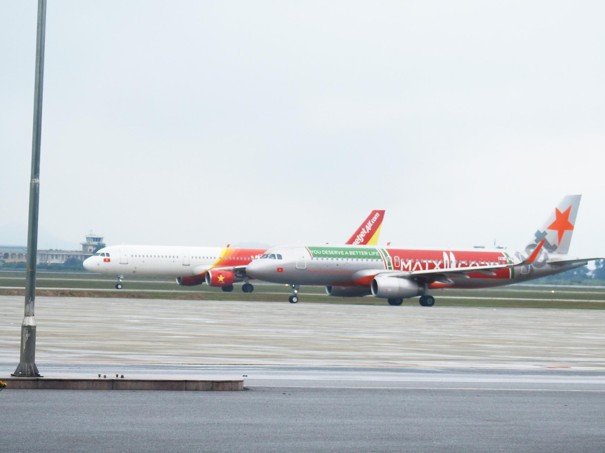 Hàng không Việt trong tháng cao điểm chống dịch: Số chuyến bay giảm 81%, tỉ lệ đúng giờ tăng vọt - Ảnh 2.