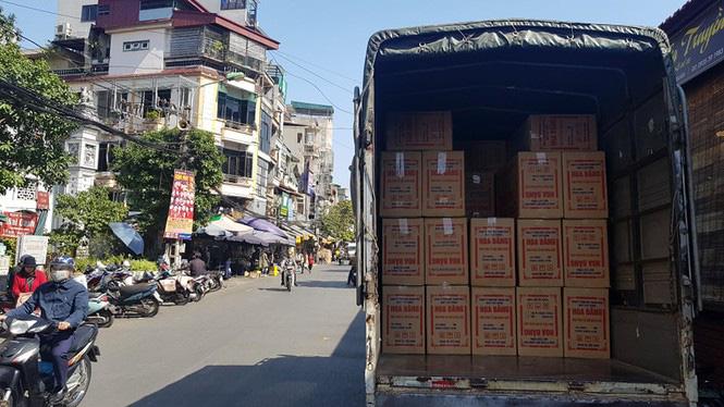 Đồ khô, bánh kẹo, mứt tết đã tràn ngập thị trường Hà Nội - Ảnh 1.