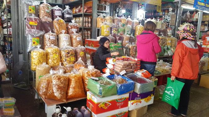 Đồ khô, bánh kẹo, mứt tết đã tràn ngập thị trường Hà Nội - Ảnh 3.