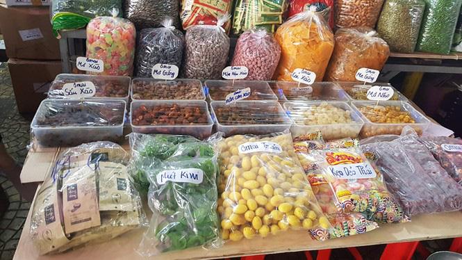 Đồ khô, bánh kẹo, mứt tết đã tràn ngập thị trường Hà Nội - Ảnh 4.