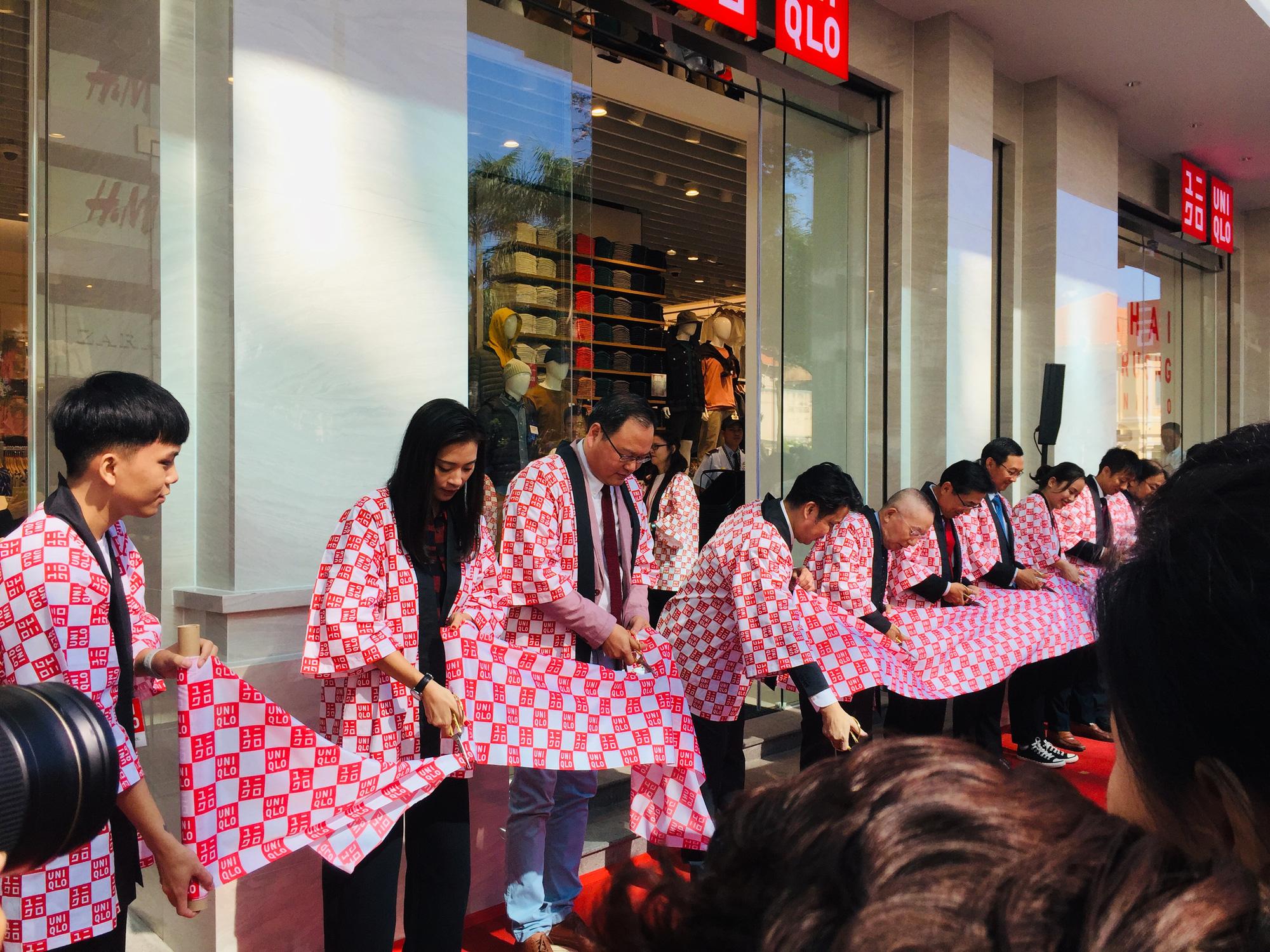 Sự kiện cắt băng khai trương cửa hàng Uniqlo đầu tiên tại Việt Nam.
