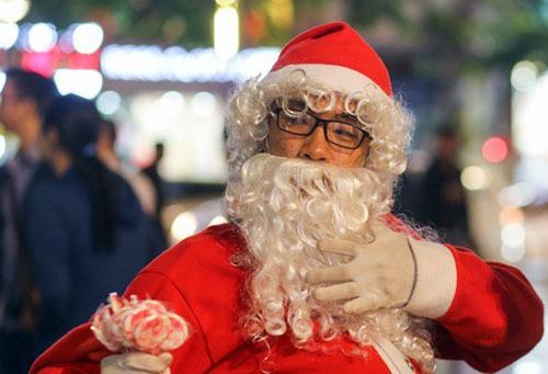 Dịch vụ ông già Noel vào mùa 'hốt bạc' - Ảnh 1.