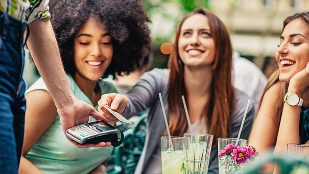 5 kiểu bạn bè sẽ khiến bạn sớm tiền mất tật mang - Ảnh 1.