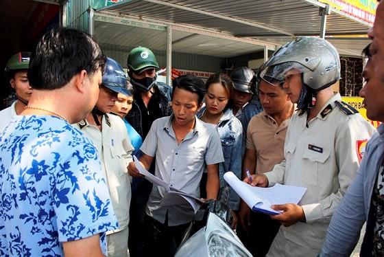 Đà Nẵng tiến hành tháo dỡ các ki-ốt kinh doanh bất động sản trái phép - Ảnh 3.