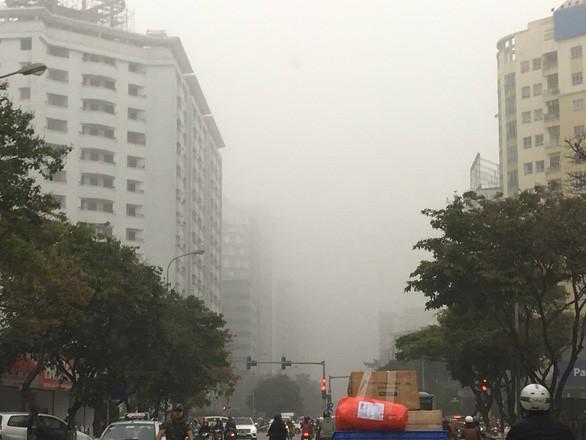 Trời mù mịt, không khí ô nhiễm bao phủ Hà Nội - Ảnh 1.