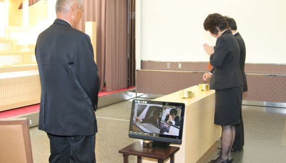 Đám ma thời công nghệ ở Nhật: Người viếng báo tên, gửi tiền phúng, đọc lời khấn qua máy tính bảng - Ảnh 1.