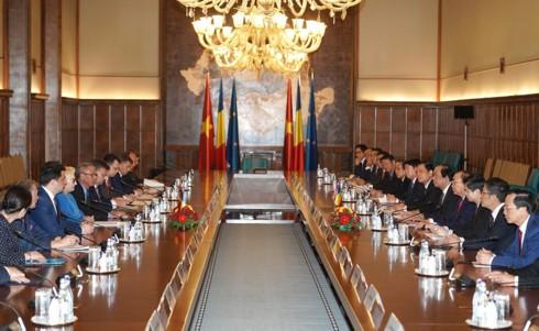 Thủ tướng Nguyễn Xuân Phúc hội đàm Thủ tướng Romania - Ảnh 1.