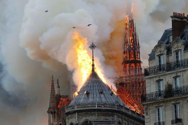 [Video] Nhà thờ Đức bà Paris bốc cháy ngùn ngụt, Tổng thống Pháp kêu gọi cả thế giới giúp đỡ - Ảnh 5.