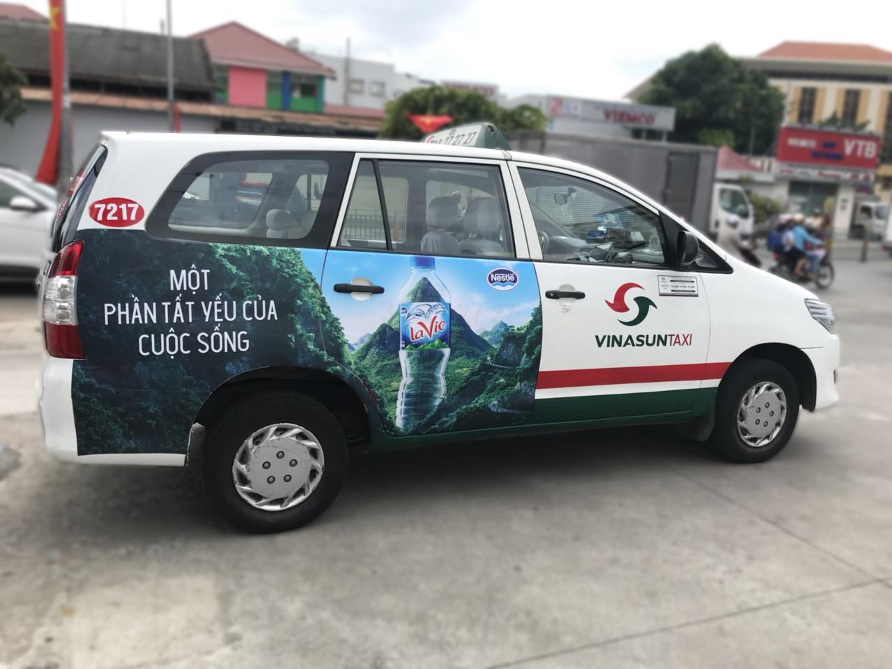 Cứu cánh của taxi Vinasun, lãi 40 tỉ đồng mỗi năm nhờ quảng cáo trên xe  - Ảnh 1.